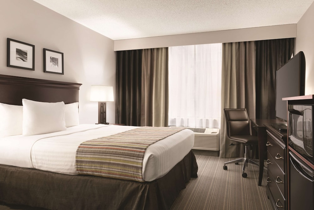 Room, Country Inn & Suites by Radisson, Traverse City, MI
