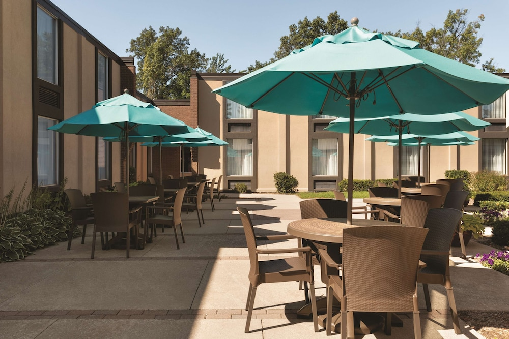 Terrace/Patio, Country Inn & Suites by Radisson, Traverse City, MI