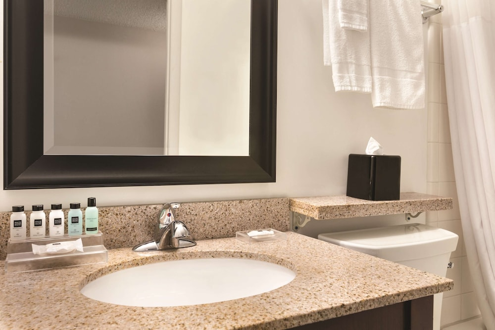 Bathroom, Country Inn & Suites by Radisson, Traverse City, MI