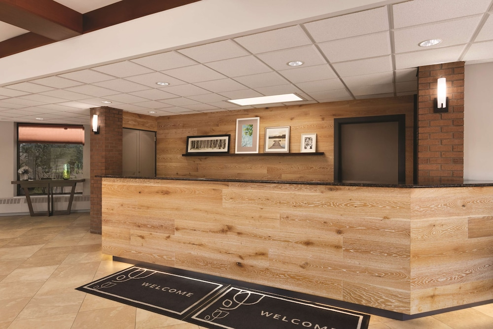 Lobby, Country Inn & Suites by Radisson, Traverse City, MI