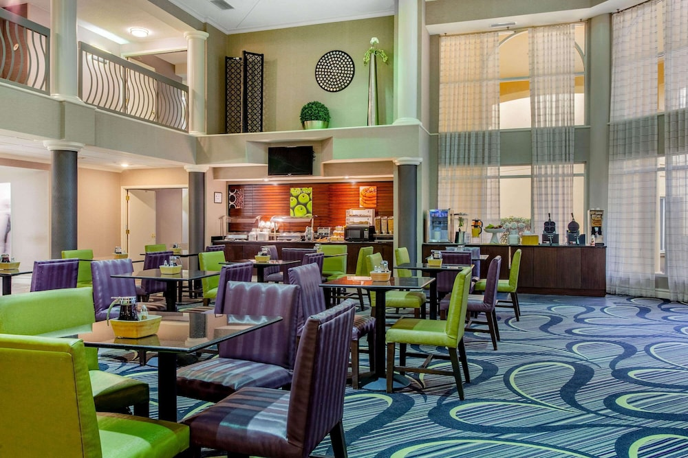 Breakfast Area, La Quinta Inn & Suites by Wyndham Raleigh Durham Intl AP