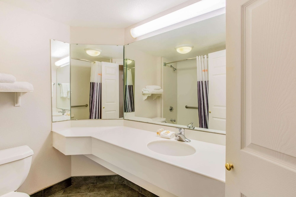 Bathroom, La Quinta Inn & Suites by Wyndham Raleigh Durham Intl AP