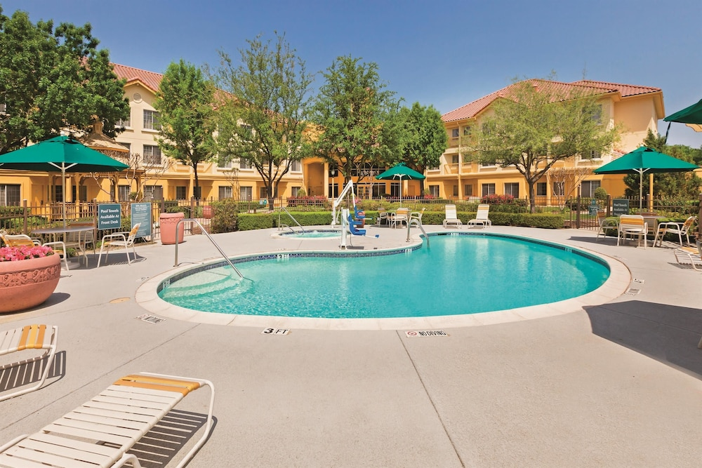La quinta inn suites dallas dfw airport north irving for Pool show dallas