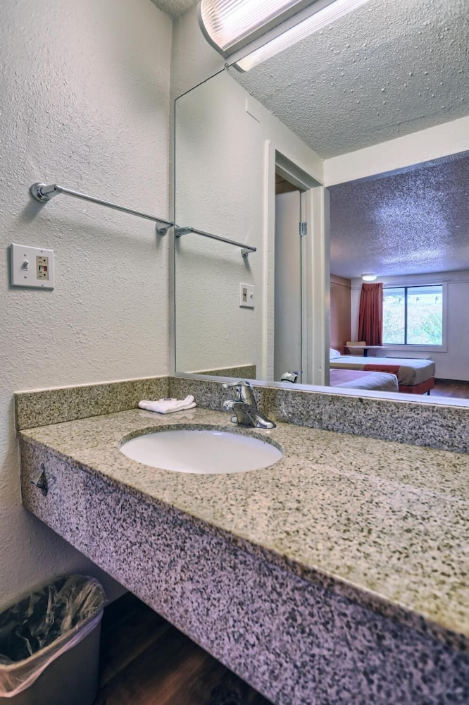 Bathroom, Travelodge by Wyndham Hagerstown