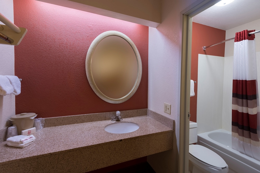Bathroom, Red Roof Inn San Antonio - Airport