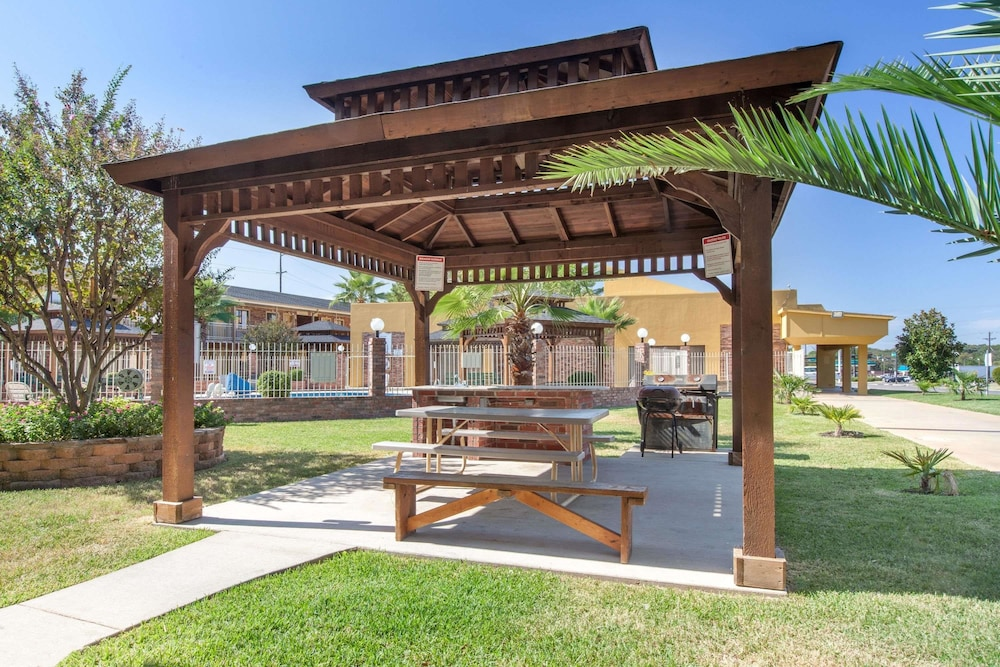 BBQ/Picnic Area, Super 8 by Wyndham Tyler TX