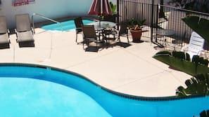 สระว่ายน้ำกลางแจ้ง, ร่มริมสระว่ายน้ำ, เก้าอี้อาบแดดริมสระ
