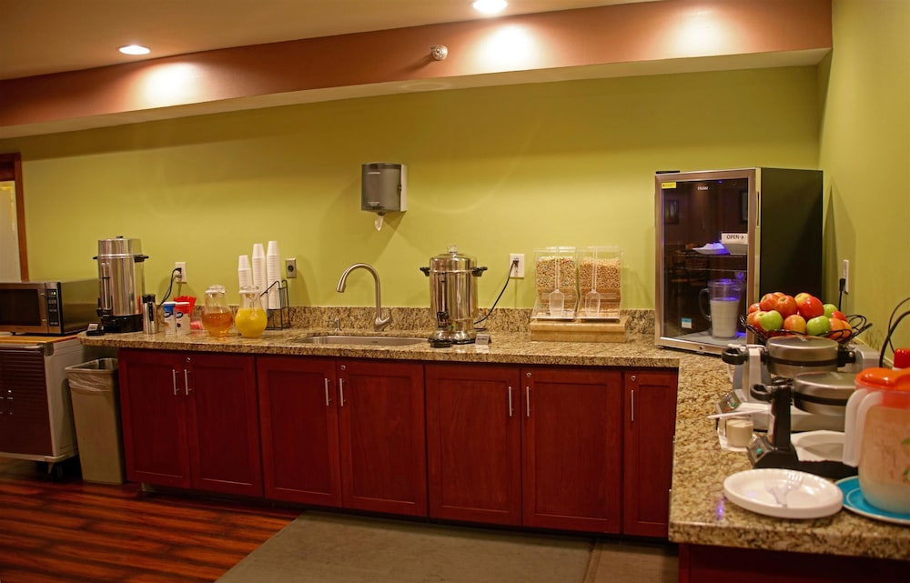 Breakfast Area, Americas Best Value Inn & Suites Anchorage Airport