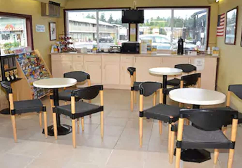 Breakfast Area, Travelodge by Wyndham Tacoma Near McChord AFB