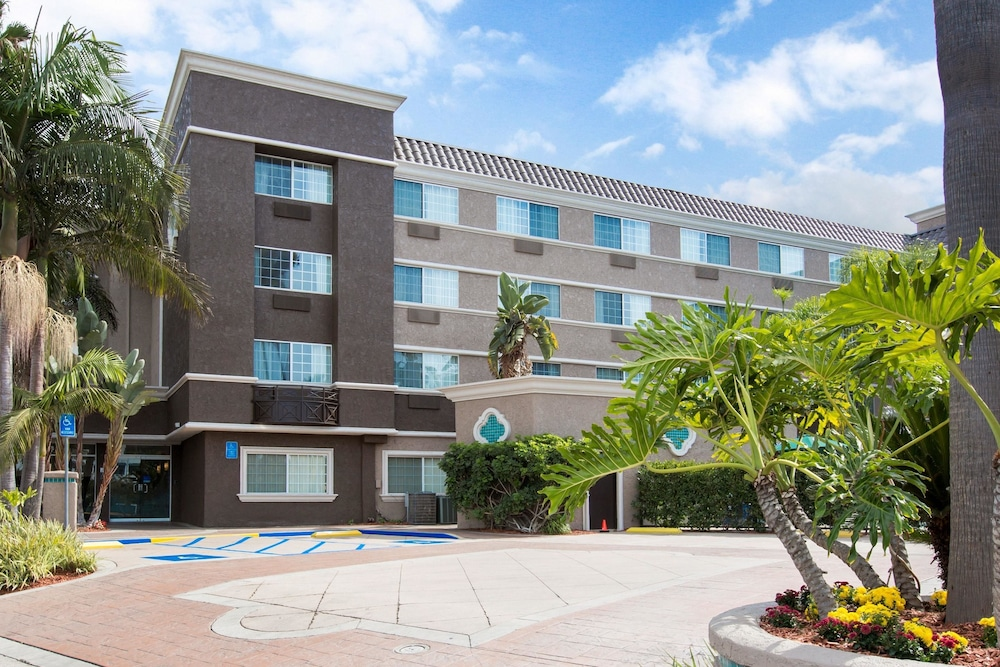 Property Entrance, Comfort Inn & Suites San Diego - Zoo SeaWorld Area
