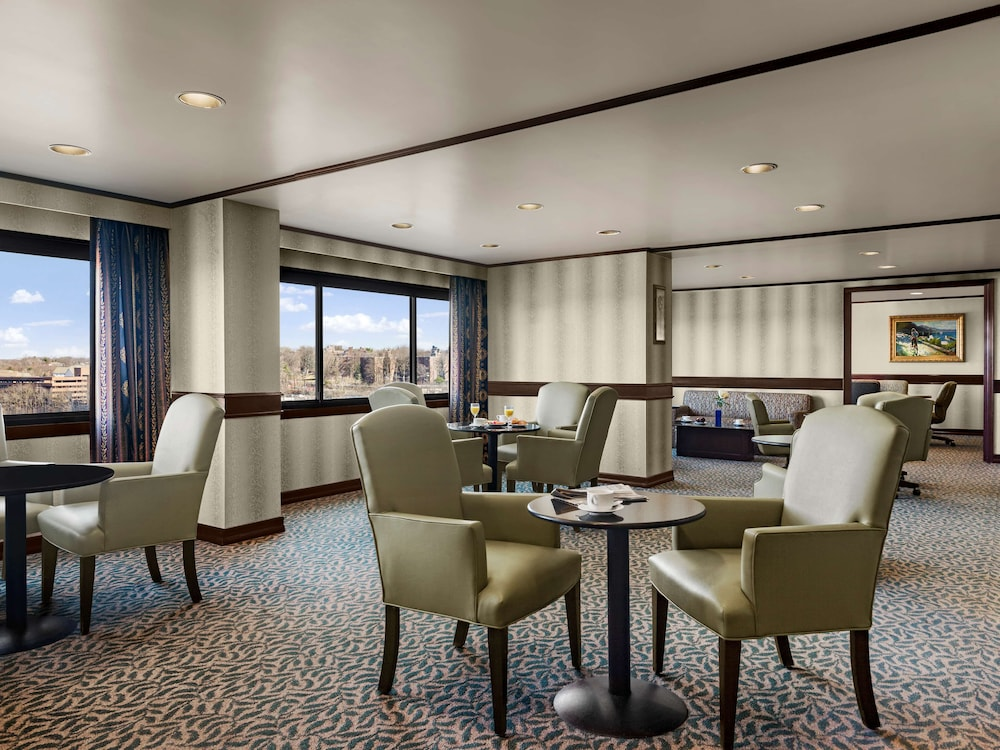 Executive Lounge, DoubleTree by Hilton Fort Lee - George Washington Bridge