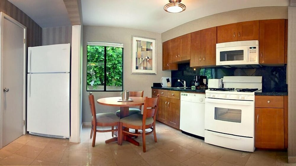 Private Kitchen, 7 Springs Inn & Suites