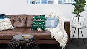 書桌、窗簾、熨斗/熨衫板、嬰兒床 (收費)