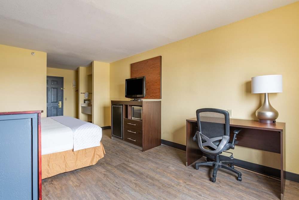 Room Amenity, OYO Townhouse Tulsa Airport & Fairgrounds