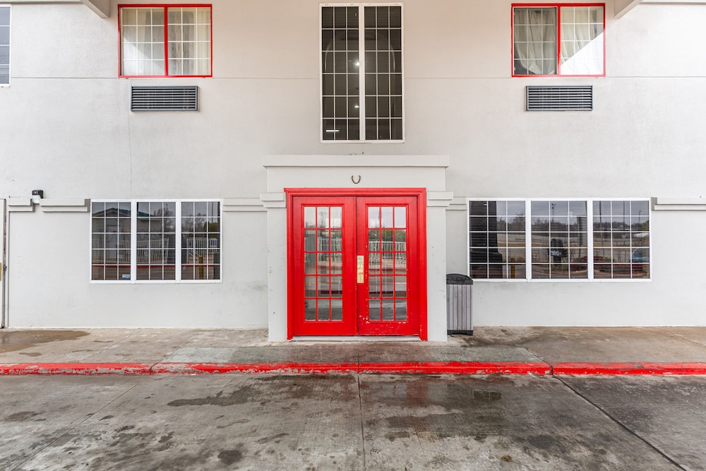 Property Entrance, OYO Townhouse Tulsa Airport & Fairgrounds