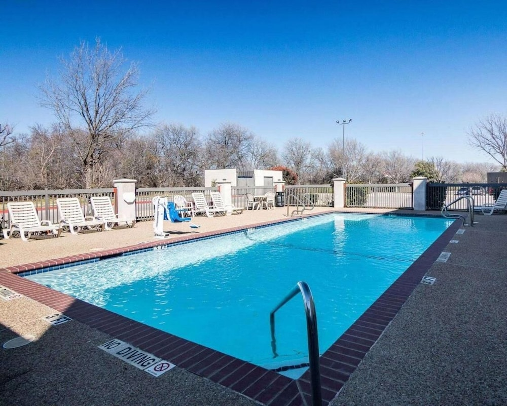 Pool, Days Inn by Wyndham Fort Worth North / Fossil Creek