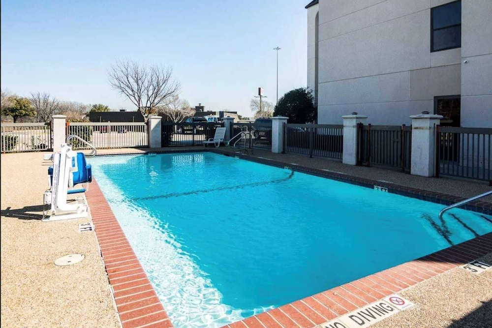 BBQ/Picnic Area, Days Inn by Wyndham Fort Worth North / Fossil Creek