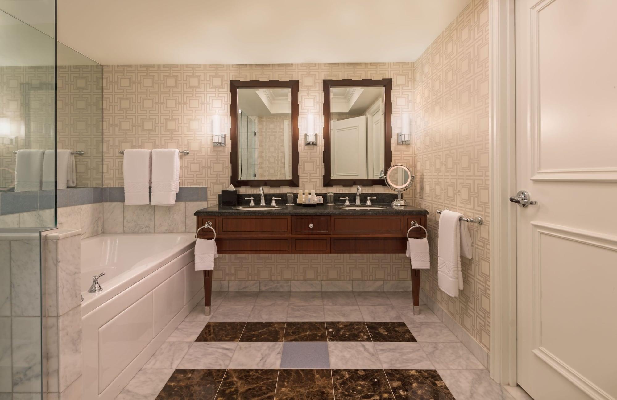 Augustus Premium Room, 1 King Bed, Non Smoking, Strip View