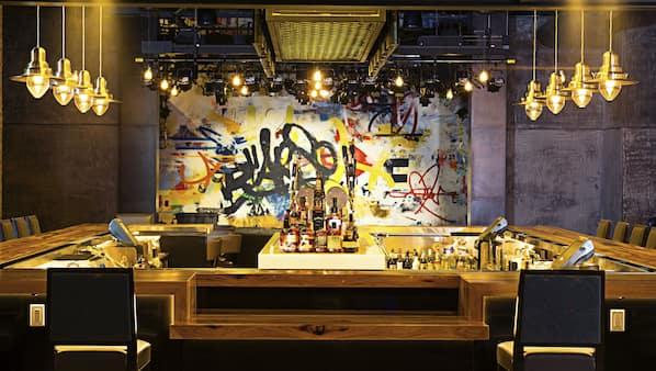 6 bars/lounges, een poolbar