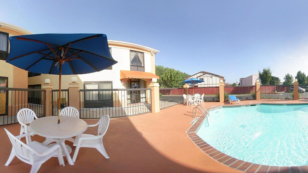 Outdoor Pool, Quality Inn & Suites Memphis East