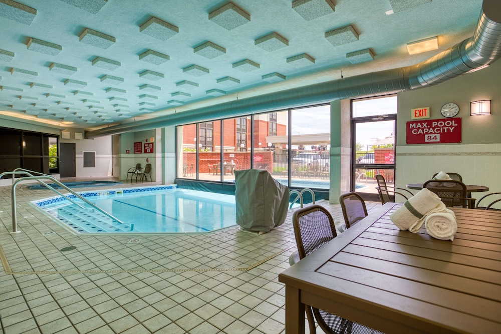 Pool, Drury Inn & Suites St. Louis Fairview Heights