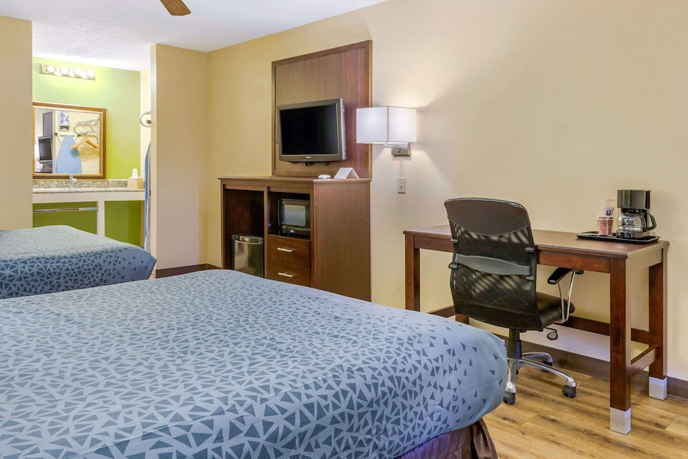 Room, Econo Lodge West - Coors Blvd