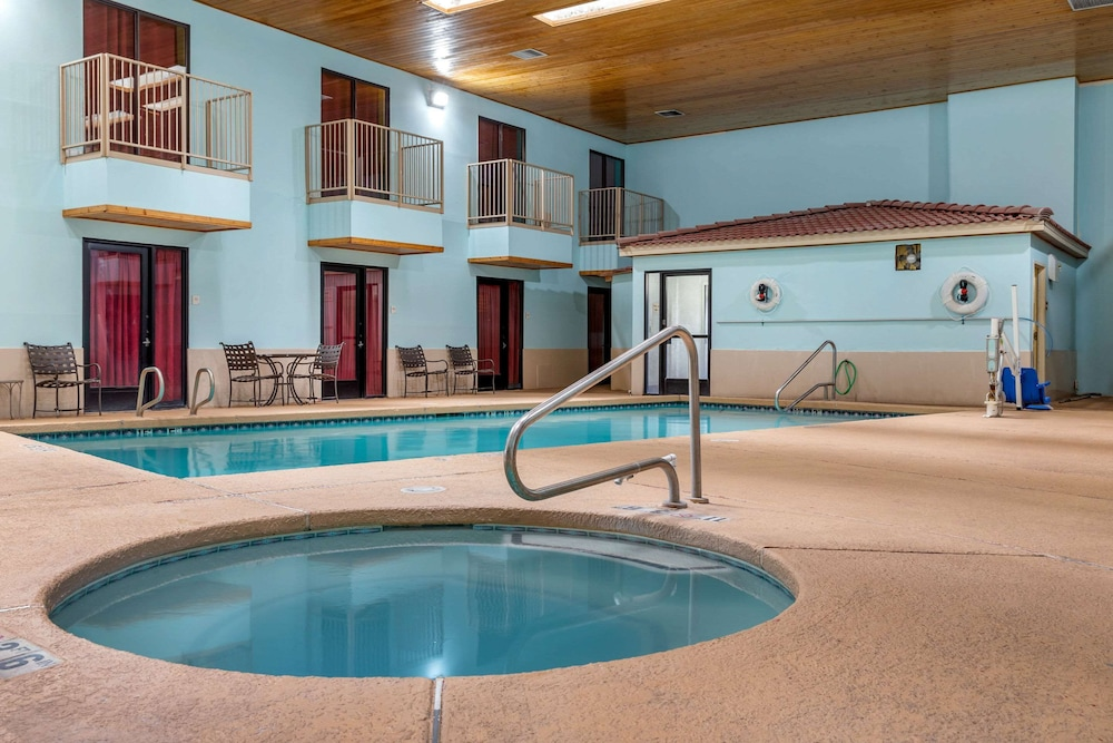 Pool, Econo Lodge West - Coors Blvd