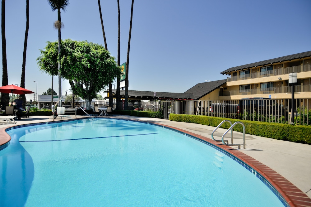 Outdoor Pool, Vagabond Inn Whittier
