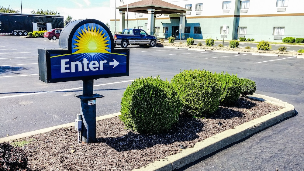 Parking, Days Inn by Wyndham Collinsville