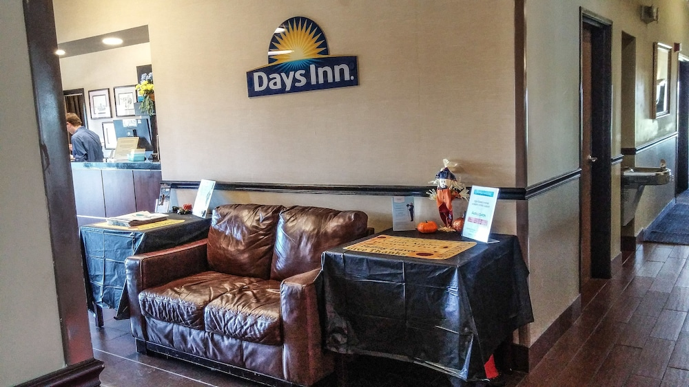 Lobby Sitting Area, Days Inn by Wyndham Collinsville