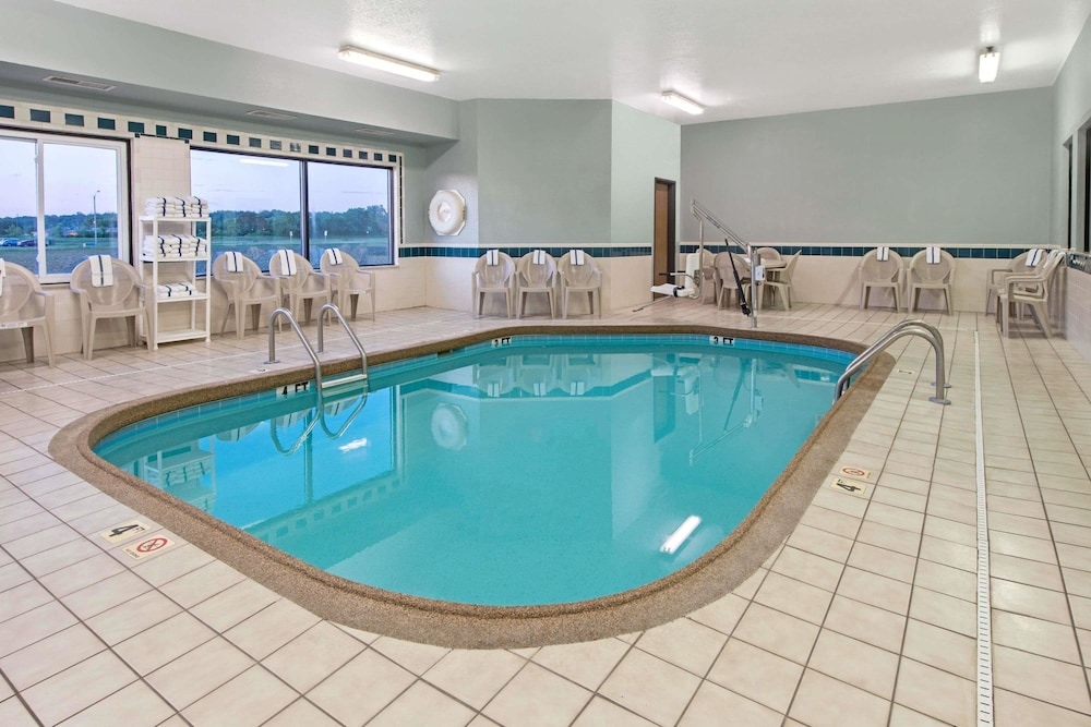 Pool, Days Inn by Wyndham Collinsville