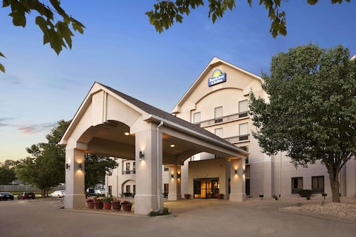 Days Inn & Suites by Wyndham Cedar Rapids