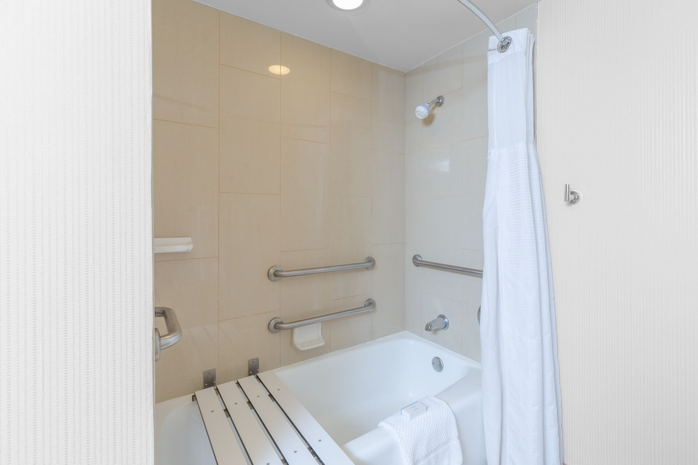 Deep Soaking Bathtub, Embassy Suites by Hilton San Francisco Airport Waterfront