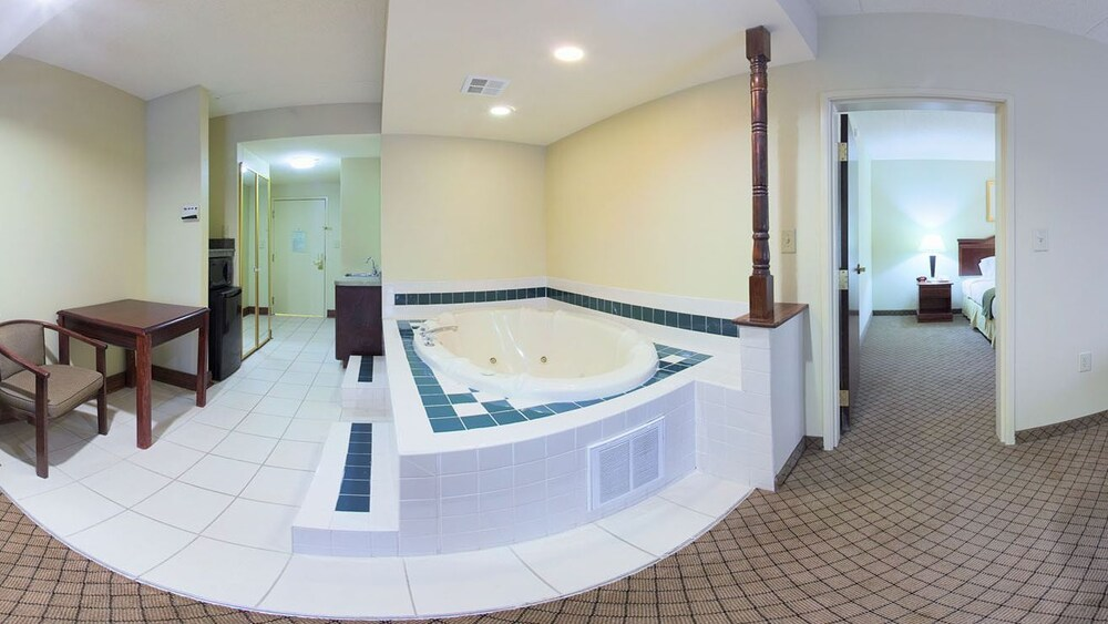 Jetted Tub, Country Inn & Suites by Radisson, Griffin, GA