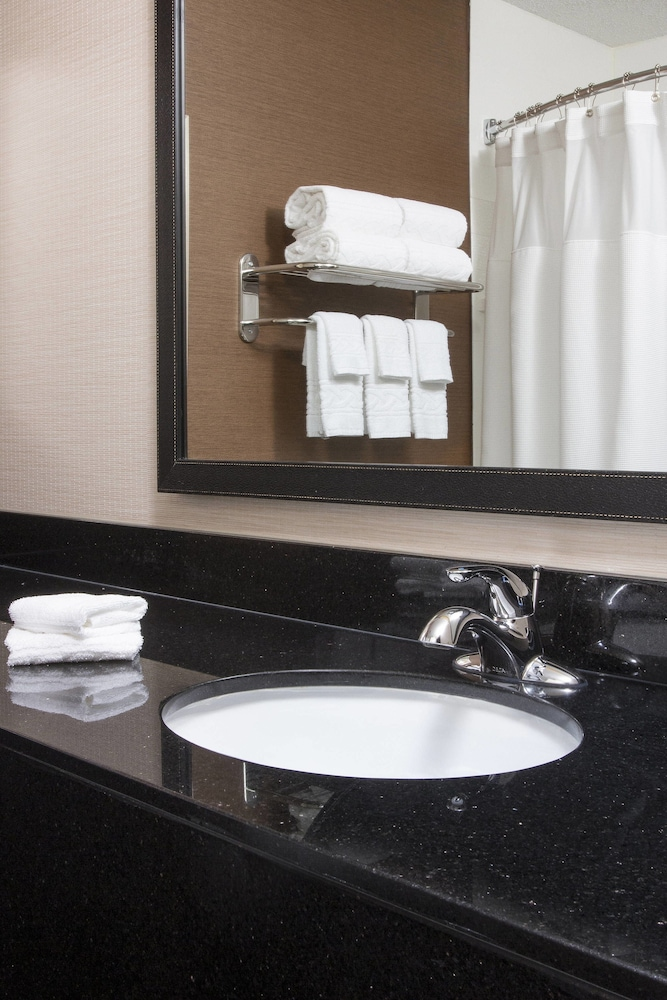Bathroom, Fairfield Inn & Suites Chicago Tinley Park