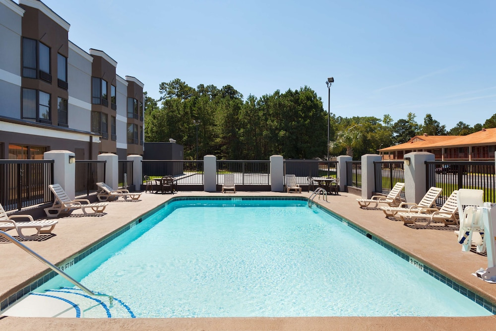 Outdoor Pool, Country Inn & Suites by Radisson, Florence, SC