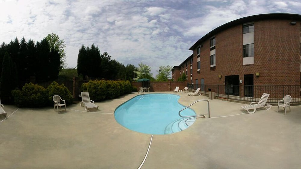 BBQ/Picnic Area, Days Inn & Suites by Wyndham Hickory