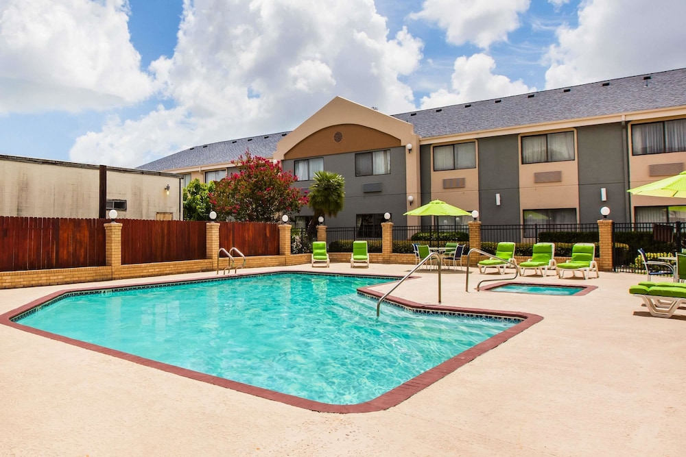 Pool, Days Inn & Suites by Wyndham Corpus Christi Central