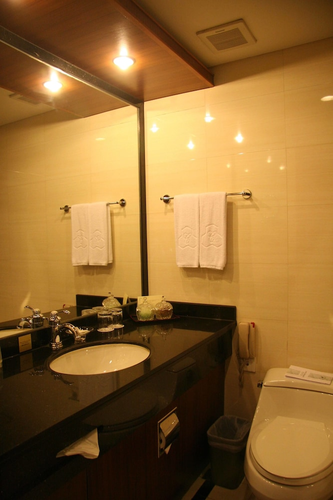 Bathroom, Capital Hotel