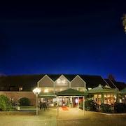 Hotellfasad - kväll