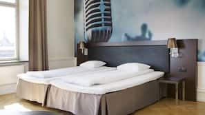 Värdeförvaringsskåp på rummet, barnsängar, sängkläder och väckarklockor
