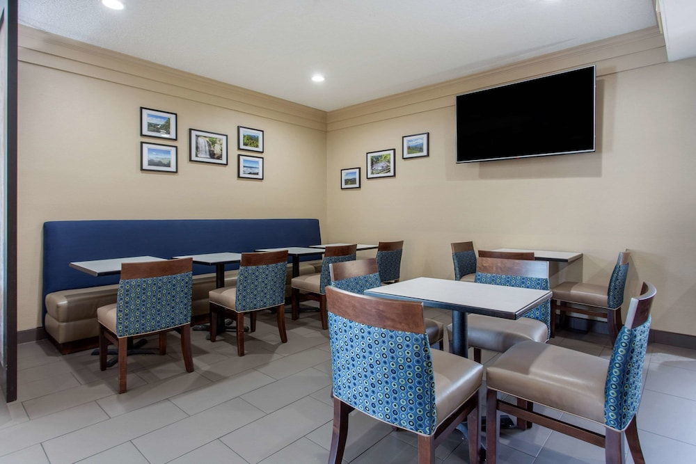 Breakfast Area, Comfort Inn Tunnel Road East