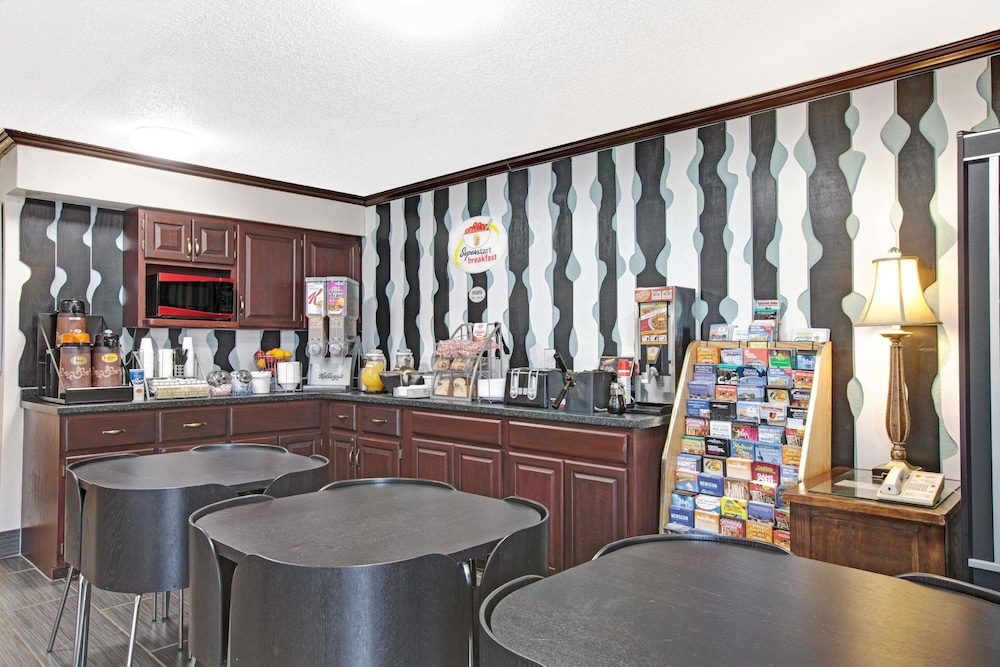 Breakfast Area, Super 8 by Wyndham Baltimore/Essex Area