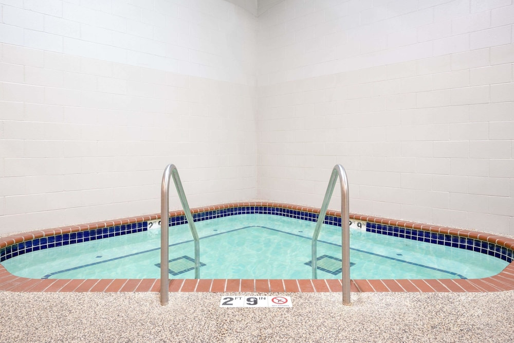Pool, Days Inn by Wyndham St Cloud