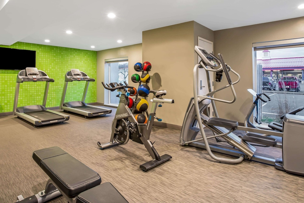 Fitness Facility, La Quinta Inn & Suites by Wyndham Hartford - Bradley Airport