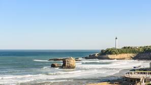 Ubicación cercana a la playa, cabañas de playa y sombrillas