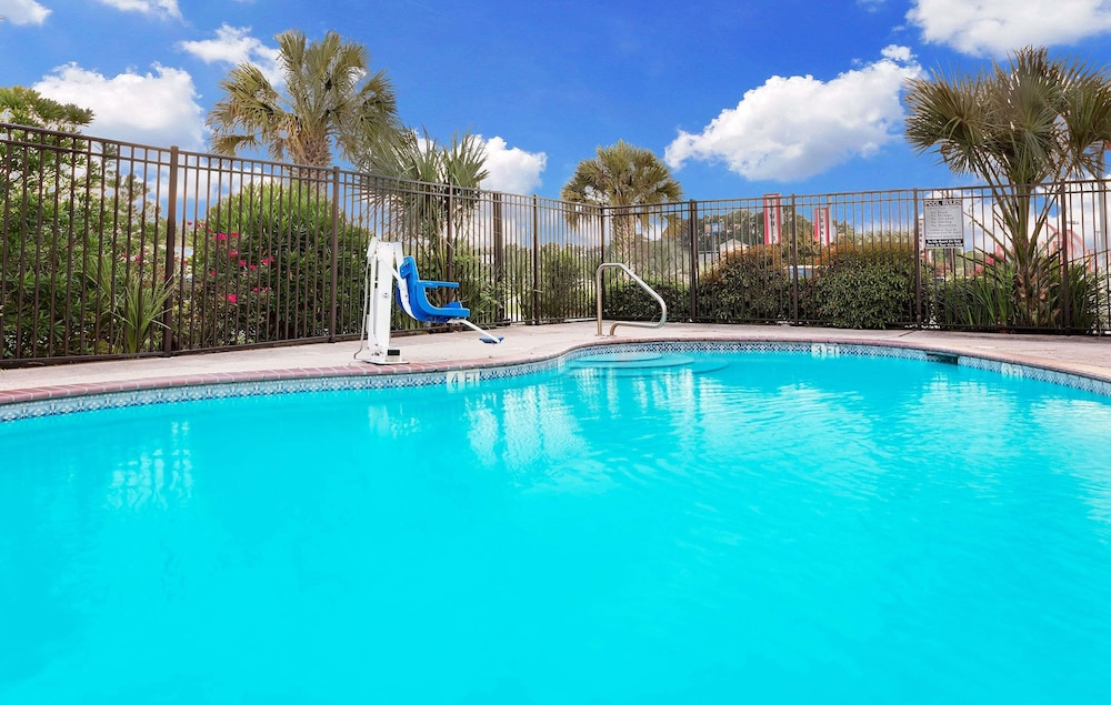 Pool, Days Inn & Suites by Wyndham Opelousas