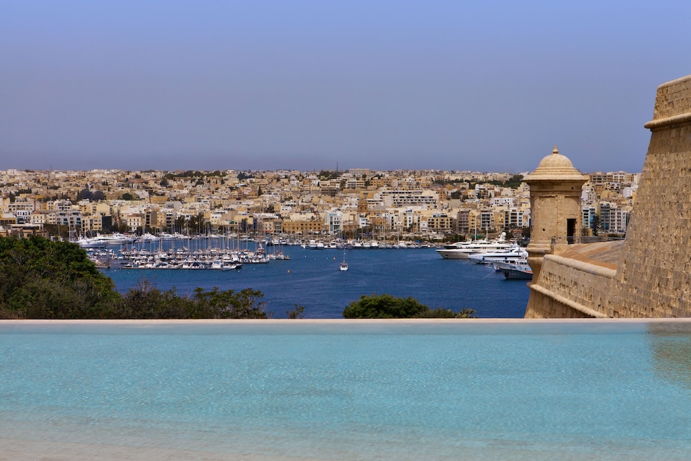 Hotel phoenicia malta reviews photos rates for Hotels malte
