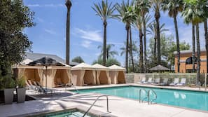 Outdoor pool, free cabanas, sun loungers