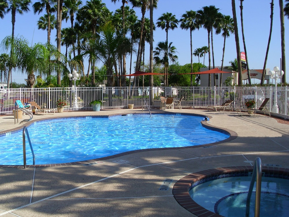 Outdoor Pool, Victoria Palms Inn & Suites